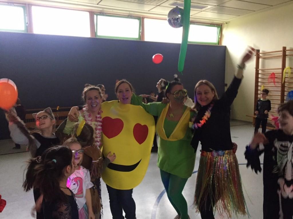 Die Lehrerinnen feiern mit
