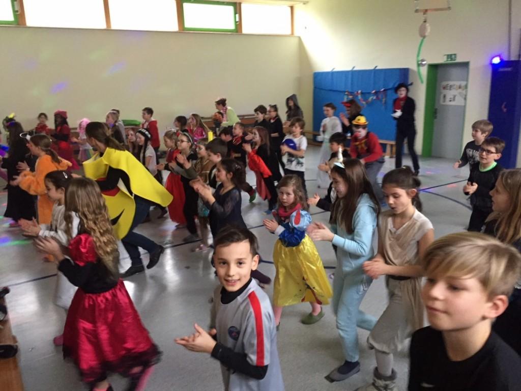Alle tanzen beim Mitmach-Tanz